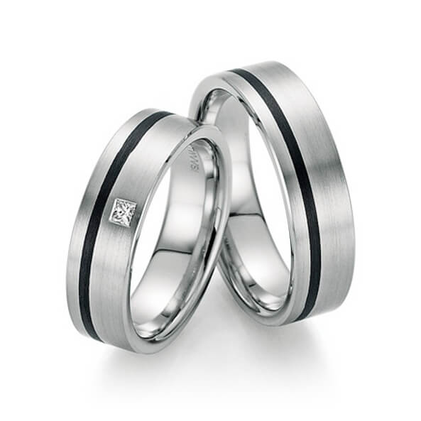 Silberne Eheringe mit schwarzem Streifen