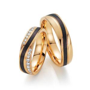 Goldene Eheringe mit schwarzem Streifen
