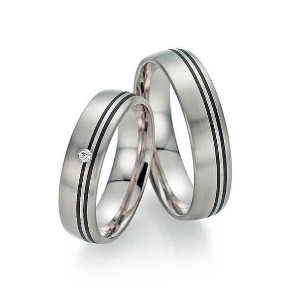 Silberne Ringe mit schwarzen Streifen