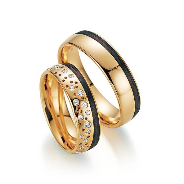 Goldene Eheringe mit Carbon