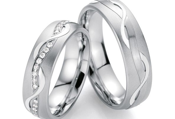 Silberne Eheringe mit Wellenmuster