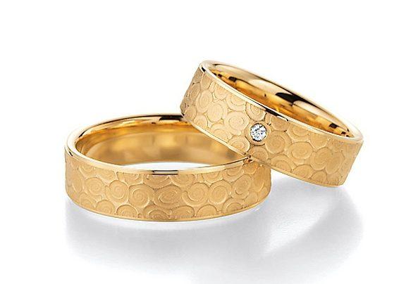 Goldener Ring mit Muster