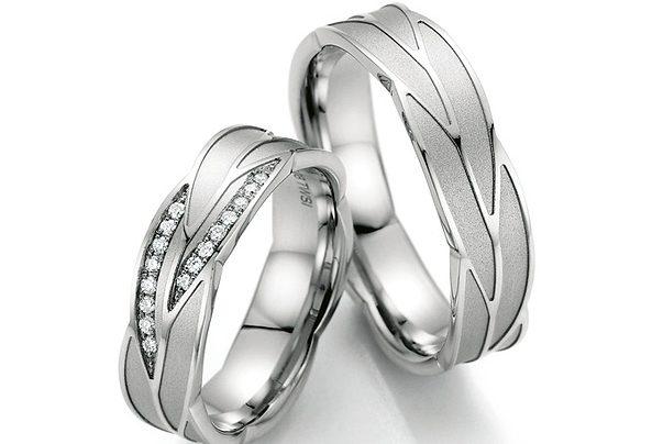 Silberner, geflochtener Ehering