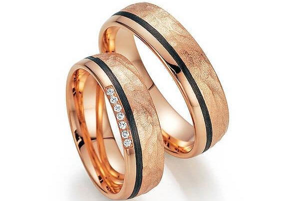 Rosegoldener Ring mit schwarzem Streifen