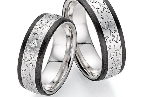 Silberschwarze Eheringe mit Blumenmuster