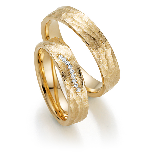Gehämmerte goldene Ringe