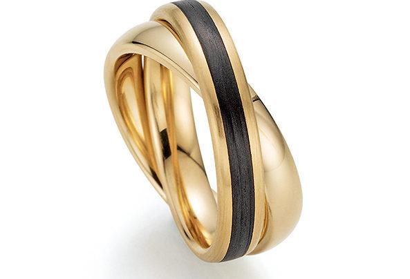Goldener Ring mit schwarzem Streifen